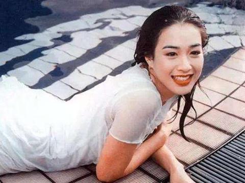 """有种""""胆肥""""叫48岁钟丽缇,穿""""龙虾裙""""走秀,张伦硕眼神都飘了"""