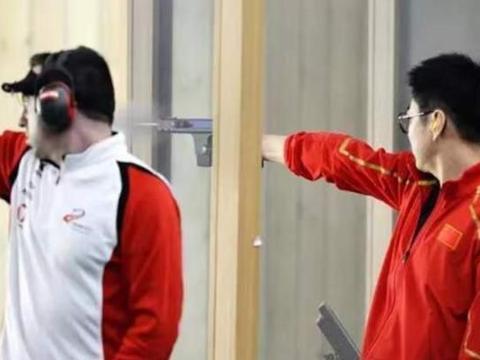 恭喜!军运会首金诞生:中国队笑傲射击团体项目,高举国旗庆祝