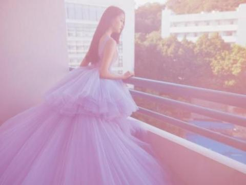 关晓彤身穿淡紫色长裙入镜,大长腿惹人注目