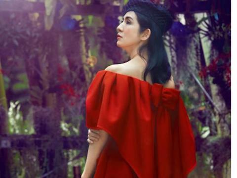 杨采妮45岁又怎样,一身印花连衣裙复古优雅高级