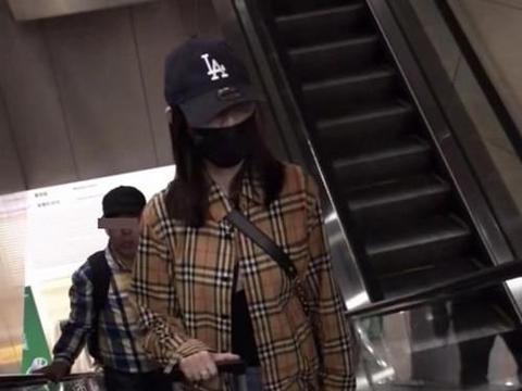 马蓉现身机场获神秘男子陪同,发现被偷拍后很生气,两人关系成谜