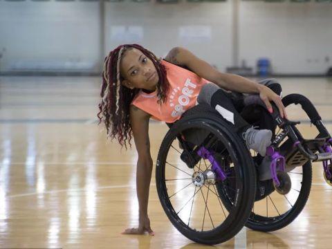 美国女子腰部以下瘫痪,还坚持健身、打篮球,成为了残疾人模特!