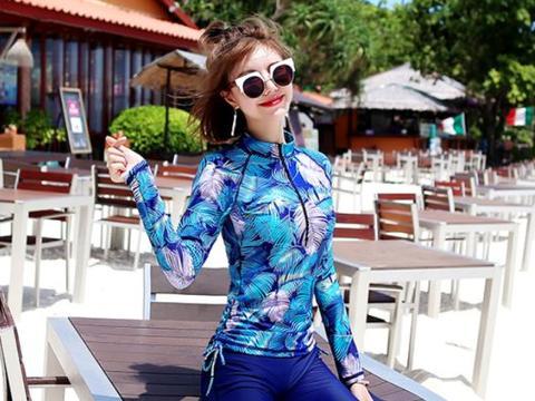 韩国模特海滩拍写真,泳装中隐约看到事业线,一对美腿洁白如雪