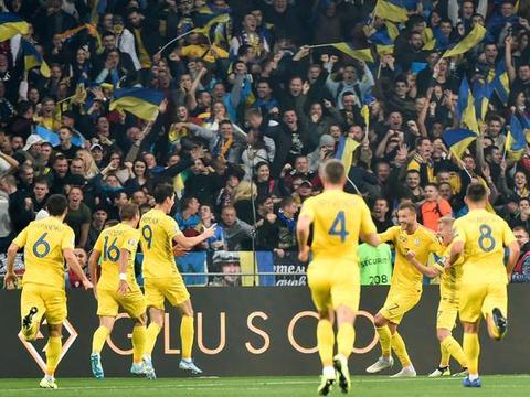 2-1,险胜欧洲冠军!欧洲杯第5支参赛队诞生,7万人狂欢犹如夺冠