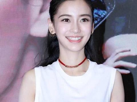 杨颖Baby穿T恤短裙秀美腿 笑容迷人大眼放电 甜美如清纯少女