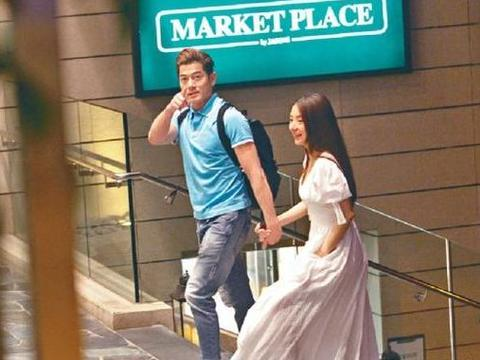 郭富城深夜牵手妻子,两人接头浪漫散步,结婚多年甜蜜似新婚夫妻