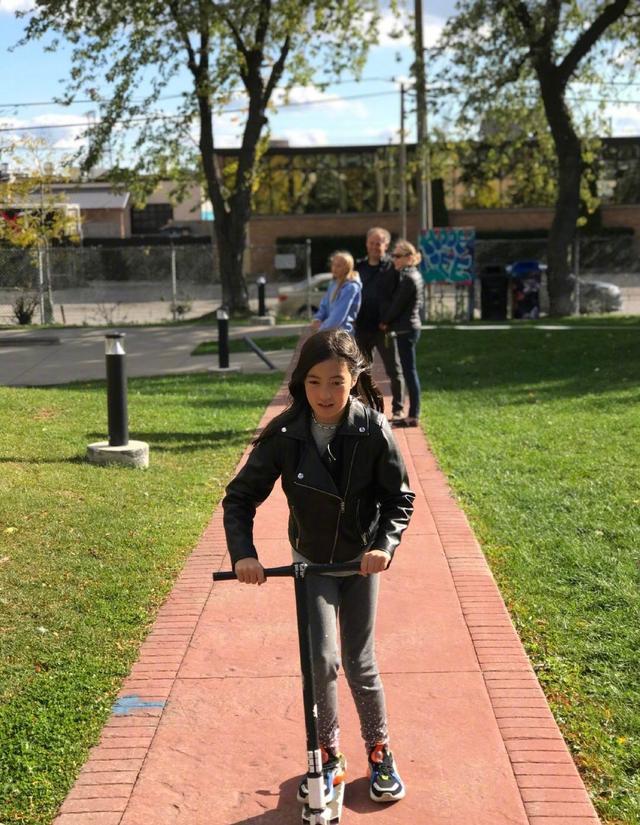 夏克立晒女儿在加拿大近照,夏天和表姐关系超好,老夏中文退步了