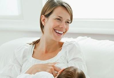 新生妈妈们,给孩子喂初乳,益处多多哦