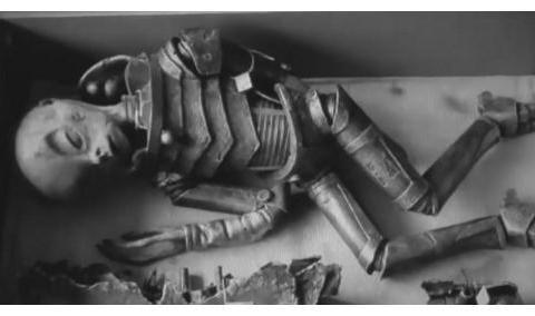 纳粹神秘公文包内发现未知外星生物,穿着盔甲,好神奇