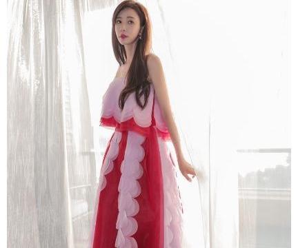 林志玲婚后出席活动,长裙飘飘手遮腹部,穿衣风格大变不再紧身裙