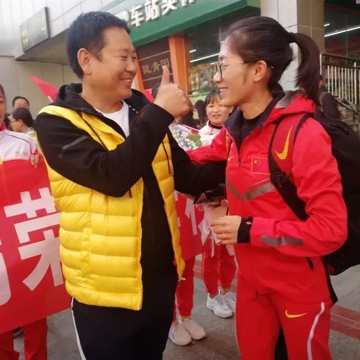 """世界冠军荣归母校!甘肃女娃梁瑞""""走""""来了……"""