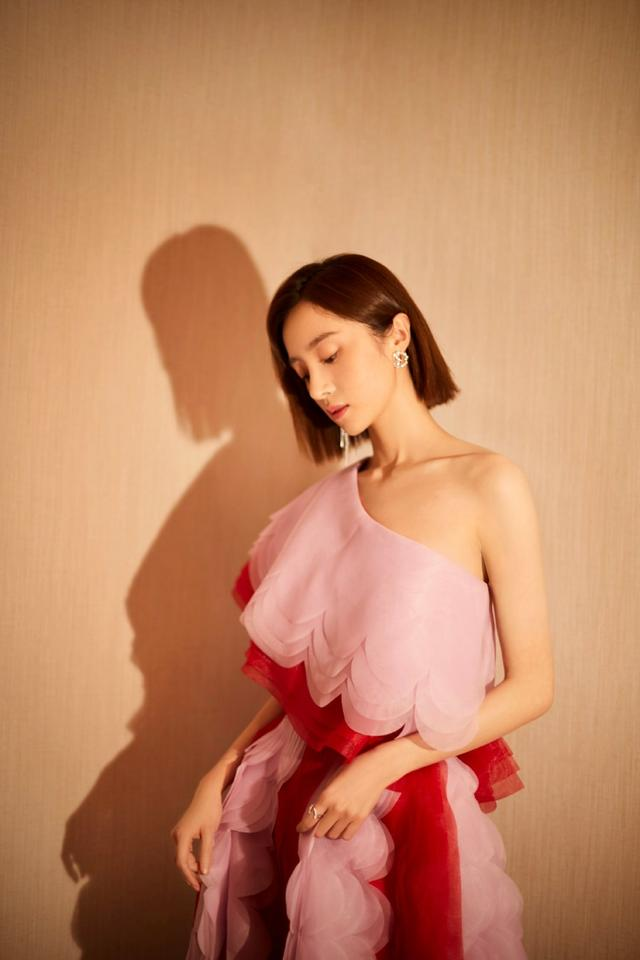 胡冰卿:淡粉色与红色叠加斜肩礼服裙
