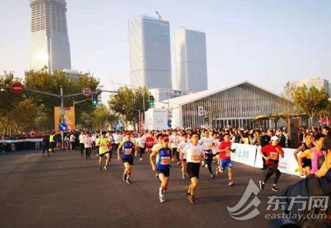 体育明星领跑、白领变身跑者,2019上海国际企业半程马拉松赛开跑