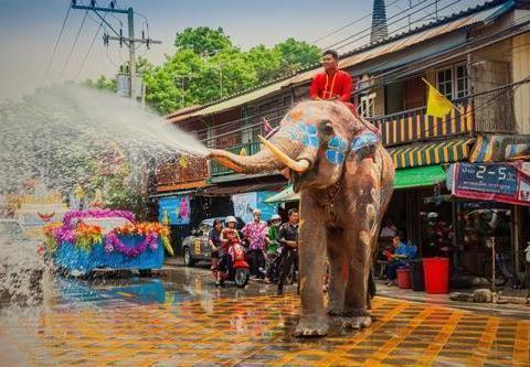 """泰国泼水节后,被指隔天满地""""硅胶套"""",当天年轻人都干了什么?"""