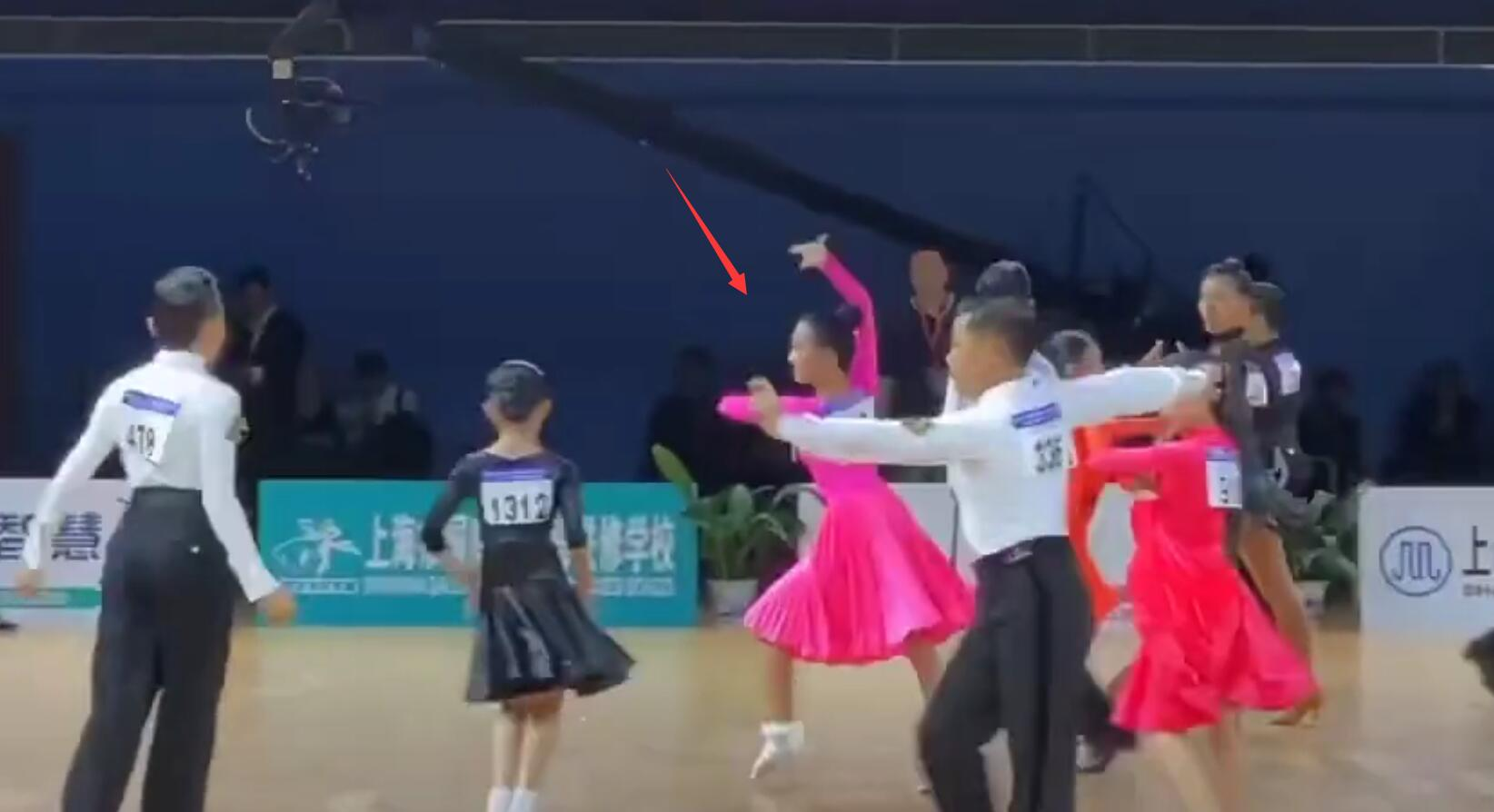 马伊琍陪爱马参加拉丁舞比赛,台下不停录视频,身旁不见爸爸文章