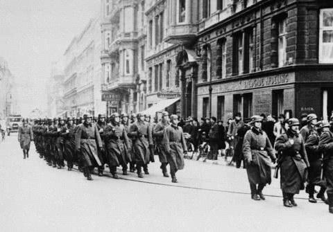 德军攻占法国,在巴黎举行胜利阅兵:镜头下写满了嚣张和疯狂