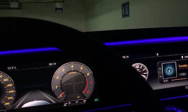 视频:奔驰E级E300L内饰配备64色氛围灯,搭配贯穿式屏幕还不错