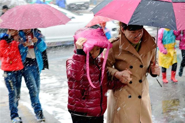 """你的伞呢?""""""""被借走了!""""请告诉孩子:你拥有拒绝的权利"""