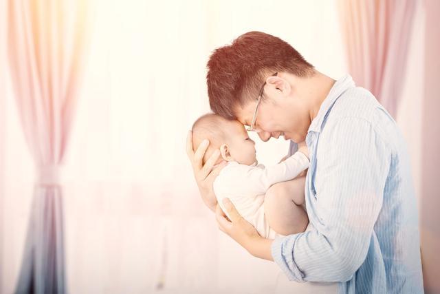 包贝尔出新招,给女儿用纸尿裤训练如厕,2岁小丫头你很牛