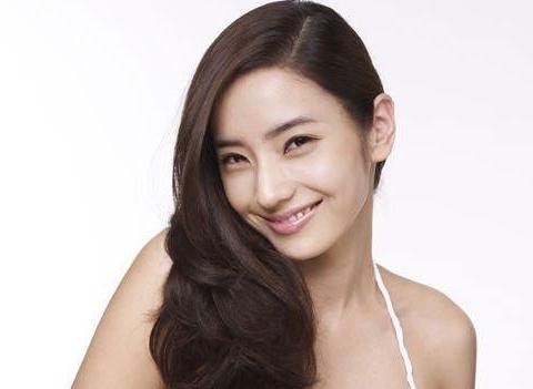 韩国芭比娃娃韩彩英,27岁就下嫁金融才俊家庭幸福美满