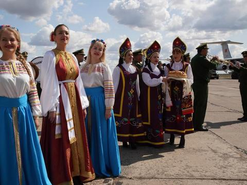 在中俄边境,如今仍然保持这样的风俗,当地男性实在太幸福了
