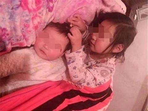 终于把2个孩子哄睡,妈妈去洗澡了,回来后却让妈妈哭的撕心裂肺