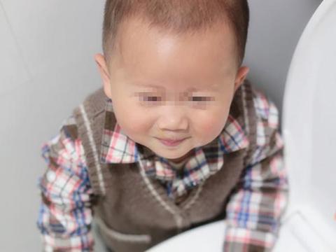 妈妈在厨房做饭,突然听到宝宝在厕所大笑,过去一看让人哭笑不得