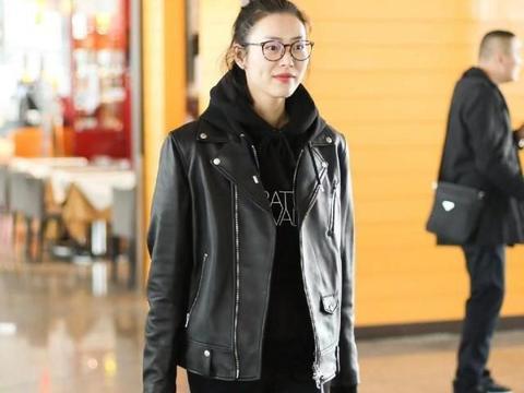 刘雯新造型秀大长腿,皮衣+黑色卫衣,尽显超模大气场