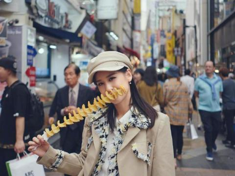 黄圣依手拿冰激凌,酷酷的驼色风衣穿搭,一秒击中你的小心脏