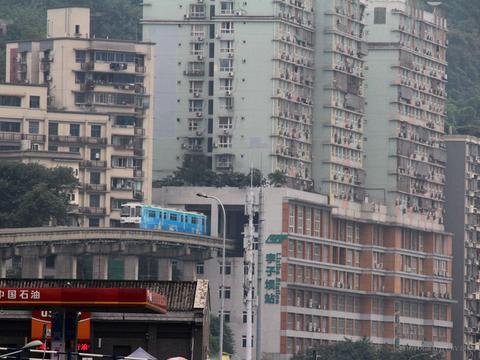 重庆地铁穿居民楼居然成网红景区 ,甚至还有旅行团特地跑来参观