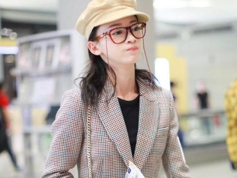 吴谨言意外带火新造型,个性眼镜配格纹裙现身