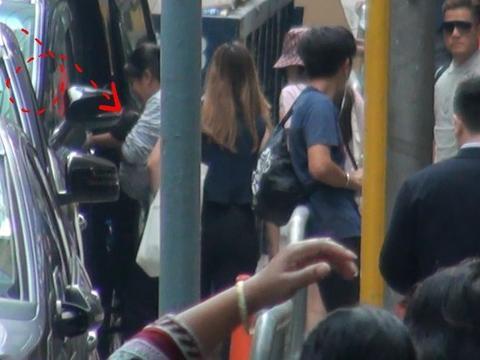 郭富城夫妇携女儿外出看医生 方媛穿热裤美腿吸睛