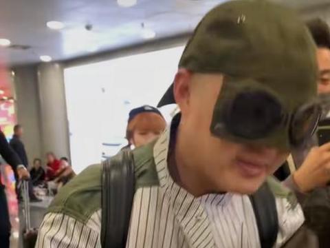 有种搞笑叫包贝尔走机场,本以为墨镜是亮点,转过身我发现我错了