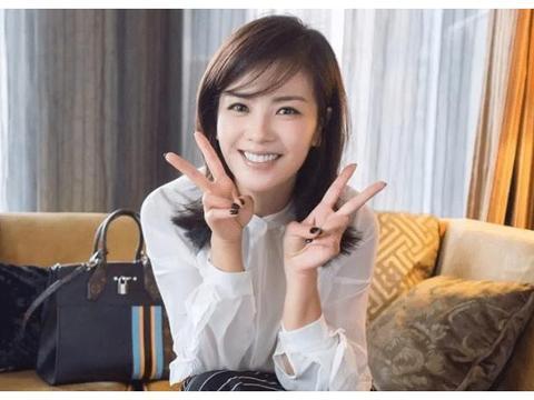 41岁刘涛亮相机场,皮肤黝黑黯淡无光,没了修图师光芒不再!