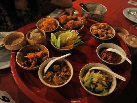 女孩去泰国旅游,在清迈吃了五斤虾和螃蟹,结账时却发现不到50元