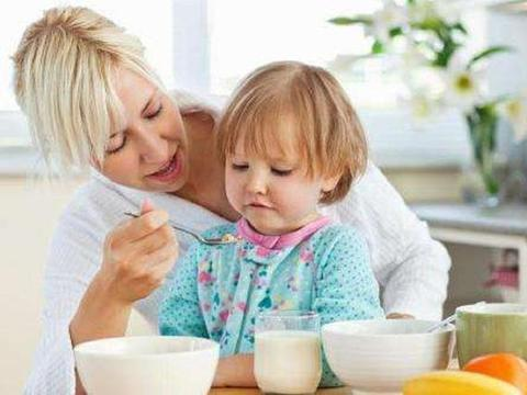 孩子总夸幼儿园饭菜香,每顿能吃两碗,看到午餐照后妈妈难以置信