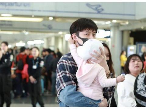 """""""超级奶爸""""付辛博抱女儿现身机场,看起来很有爱"""