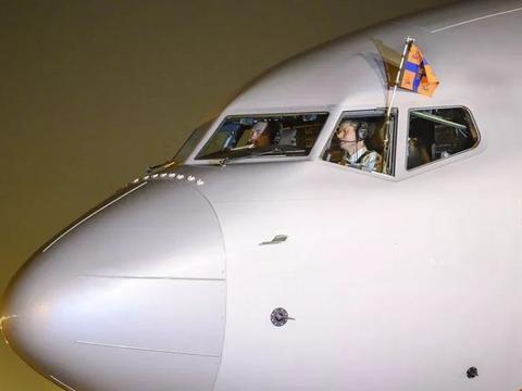 荷兰国王访问印度,自己开飞机!刷屏全世界!