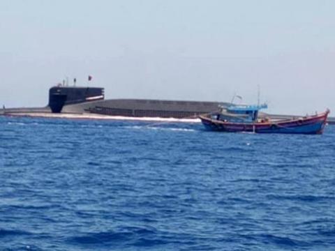 打渔突遇大黑鱼!中国海军深海巨兽吓坏渔民,一细节让人竖起拇指