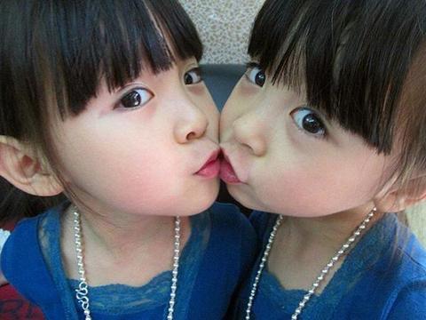 妈妈在洗衣服,双胞胎女儿异常安静,在厨房找到两女儿,妈妈吓懵