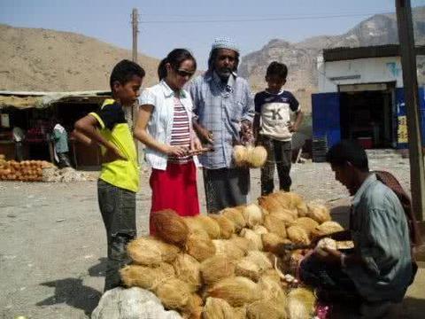 印度街头卖椰子的切开后变芒果,印度的水果都这么皮吗?