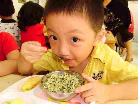 孩子总夸幼儿园饭菜香,顿顿吃两碗,看到午餐照后妈妈恍然大悟