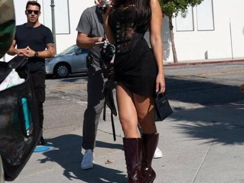 40岁金大姐考特尼·卡戴珊穿黑色修身裙秀身材,小蛮腰太有美感
