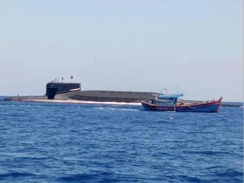 越南渔船在南海活动,094核潜艇突然现身,一个举动让外国人表扬