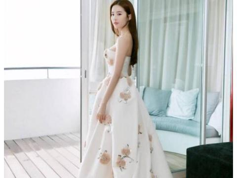 仙气女神刘亦菲,经典白色礼服裙亮相,依旧仙气十足,真叫人喜爱