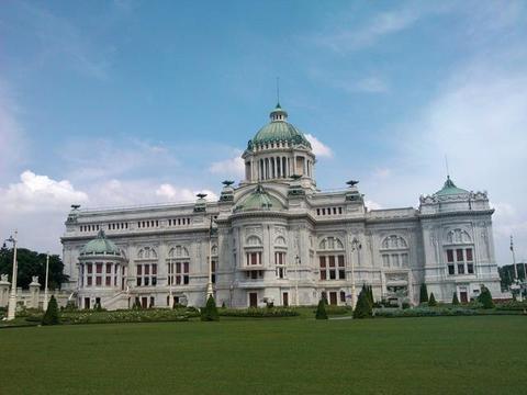 中国女游客到泰国阿南达宫旅游没穿长裙,泰国人:没穿不准进