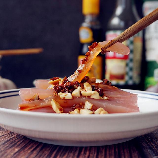 苋菜豌豆凉粉,用苋菜煮出来的水做凉粉,做出来的凉粉颜色粉粉的