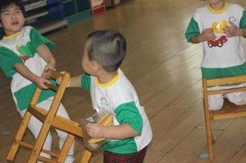 4岁男童上幼儿园第4天,老师就给宝妈来电:还是自己带回去教育