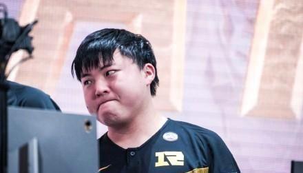 RNG战败后的30秒:Uzi强忍泪水,离开的背影如此孤独