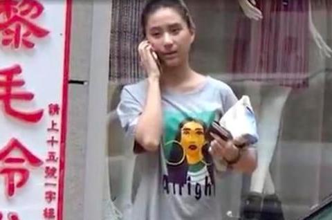 窦骁女友接地气,何超莲穿宽松T恤外出,买甜点可乐不怕热量高